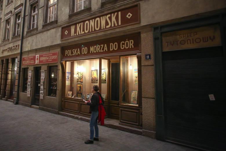 Rekonstrukcja warszawskiej przedwojennej ulicy otoczona jest salami pokazującymi powstawanie totalitarnych państw w Niemczech i Rosji. Czujemy kruchość  pokoju...