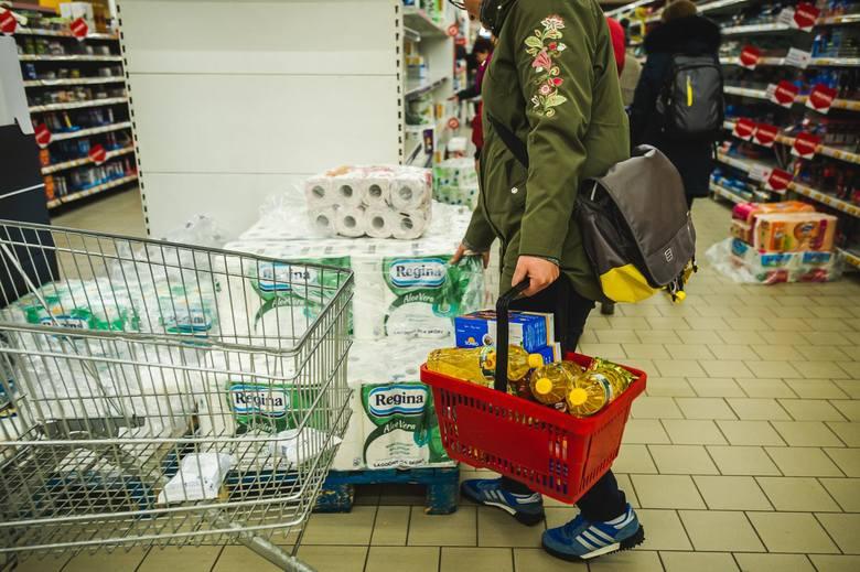 Zrobienie zakupów w dobie pandemii bywa trudne. Kolejki przed wejściem, brak produktów - to tylko niektóre z problemów, które czyhają na nas w marketach.