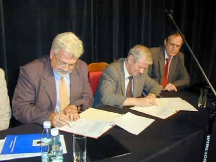 Od lewej prof. Kazimierz Jaremczuk, rektor PWSZ w Tarnobrzegu, prof. Ryszard Borowiecki, rektor AE w Krakowie oraz prorektor AE, Wacław Adamczyk.
