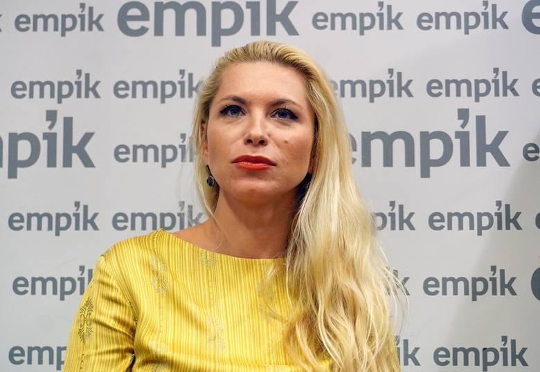 Znana w całej Polsce autorka bestsellerowych powieści kryminalnych. Pochodzi z Hajnówki. Zanim została pisarką, przez wiele lat pracowała jako dziennikarka.