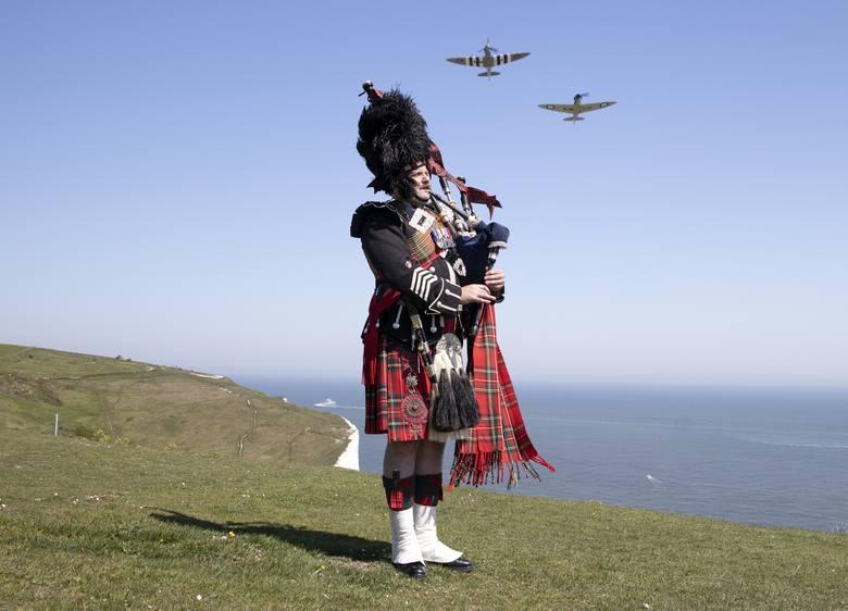 W 75. rocznicę zakończenia wojny w Europie major Andy Reid z Gwardii Szkockiej gra na kobzie na klifie w Dover. W tle lecą dwa myśliwce Spitfire, które