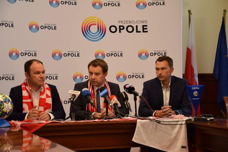 Prezes Opolskiego Związku Piłki Nożnej Tomasz Garbowski (drugi z lewej) i Prezydent Opola Arkadiusz Wiśniewski (drugi z prawej) podpisali umowę na organizację