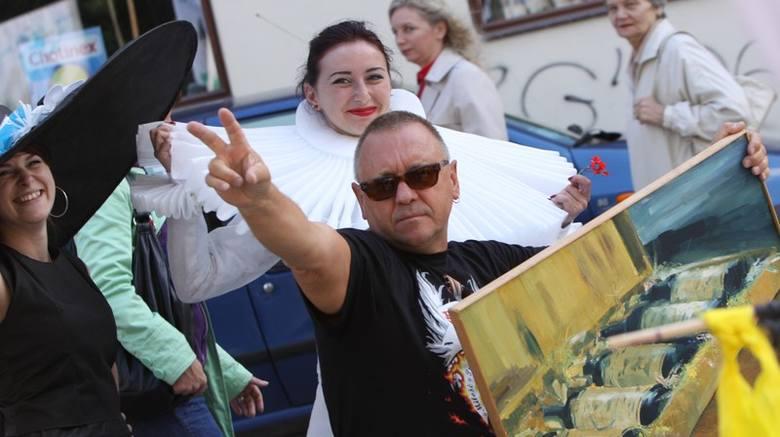 Jurek Owsiak dostał w prezencie obraz  uczniów plastyka