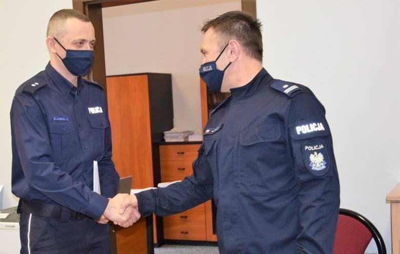 Komendant skawińskiego komisariatu podinsp. Marek Kowalik (z prawej) gratuluje objęcia stanowiska swojemu zastępcy podkom. Piotrowi Solarzowi