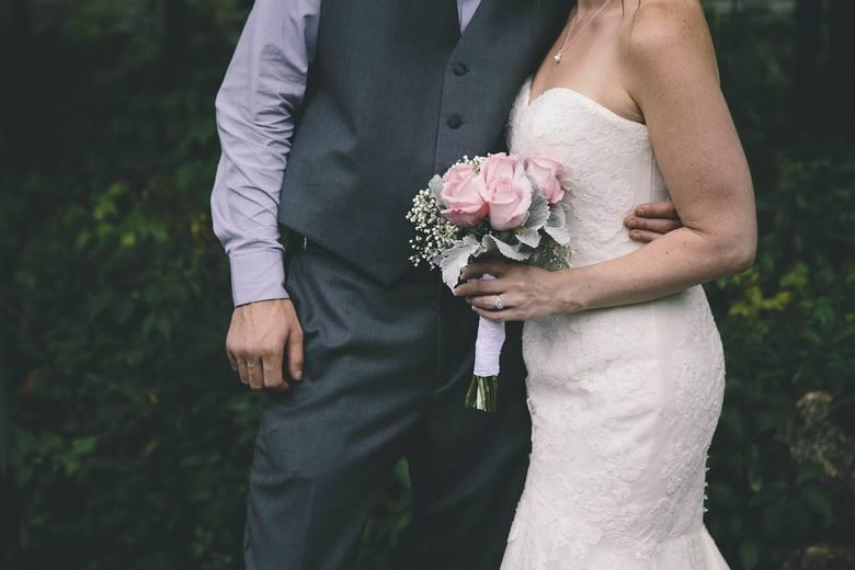 Jak informują internauci epidemia zmieniła ceny ślubów kościelnych. Jeszcze kilka miesięcy temu za udzielenia sakramentu małżeństwa płaciło się średnio