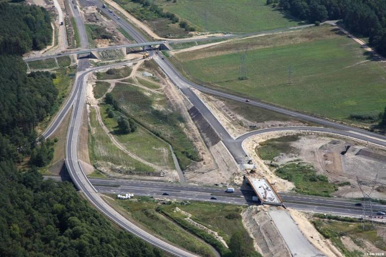 Jak przebiegają prace przy realizacji drogi S6 w zachodniej części naszego województwa? Zobaczcie zdjęcia z lotu ptaka z prac na odcinku Goleniów - Kiełpino!Zobacz