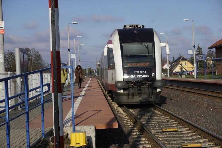 Okazuje się jednak, że rozporządzenie ma zastosowanie wyłącznie  w odniesieniu do opóźnień krajowych pociągów dalekobieżnych kategorii Express Intercity Premium (EIP), Express InterCity (EIC), InterCity (IC), Twoje Linie Kolejowe (TLK), interREGIO (IR) oraz wszystkich międzynarodowych w...