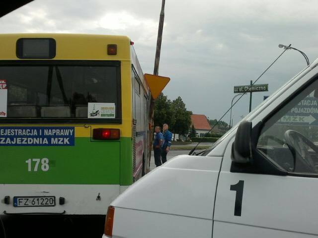 Zielona Góra: Autobus zbyt szybko chciał zakręcić (zdjęcia Czytelnika)