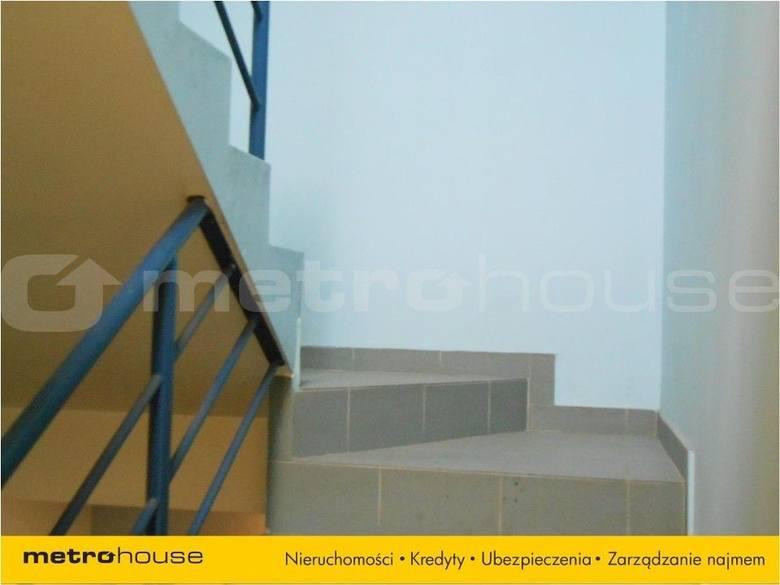 <strong>9. Dom w cenie 798 tys. zł<br /> 2 660,00 zł/m2</strong><br /> <br /> Dom z cegły. Parter przeznaczony na usługi. Na piętrze pomieszczenia mieszkalne. 4 niezależne wejścia. Powierzchnia użytkowa to 200 metrów. Kolejne 100 metrów daje poddasze do zagospodarowania do którego są doprowadzone...