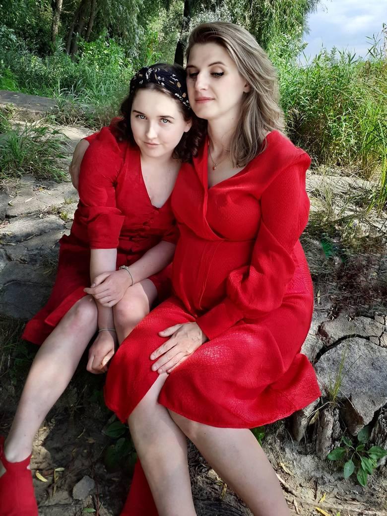 Marta Kołacz (w czasach, gdy oczekiwała przyjścia na świat młodszej córki, Róży) ze starszą córką, Agatą