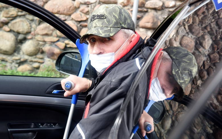 W Kożuchowie od dwóch tygodni pan Zenon mieszka w samochodzie. Skarży się, że został wyrzucony z mieszkania