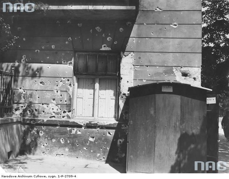 Uszkodzona ściana kamienicy przy Alejach Ujazdowskich 9. Widoczne ślady po ostrzale z karabinu maszynowego.