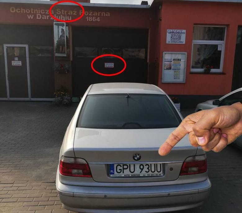 OSP Darzlubie wypowiedziała wojnę kierowcom, którzy zastawiają wyjazd z remizy! Strażacy publikują fotki i pokazują rejestracje