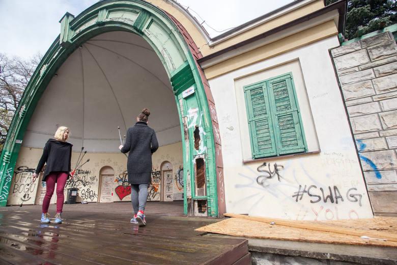 Muszla koncertowa w parku Witosa w Bydgoszczy zniknęła z powierzchni ziemi pod koniec ubiegłego roku. Przypominamy jak wyglądała i zaglądamy do remontowanego