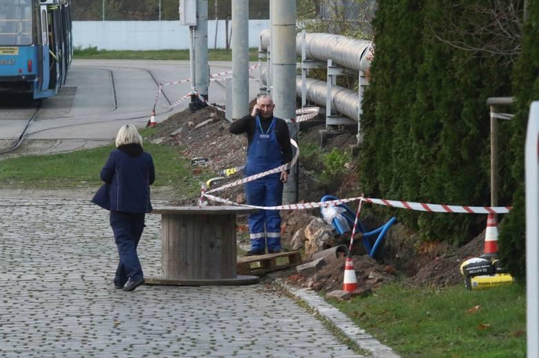 Niebezpieczne  znalezisko odkryto w wykopie podczas prac ziemnych przy kładzeniu przewodu energetycznego