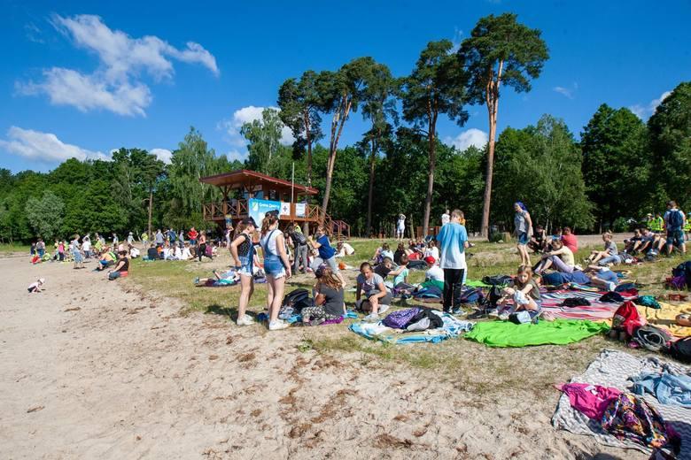 Na plaży w Borównie odbyła się akcja poświęcona bezpiecznemu zachowaniu w czasie letniego wypoczynku. Policjanci, strażacy, żandarmi wojskowi, leśnicy
