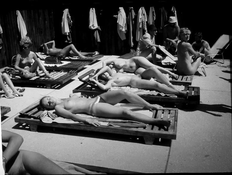 Każdy mile widziany, lecz rozebrany - takie napisy witały plażowiczów spędzających urlopy nad Bałtykiem w latach 80 - tych XX wieku. Do licznej grupy