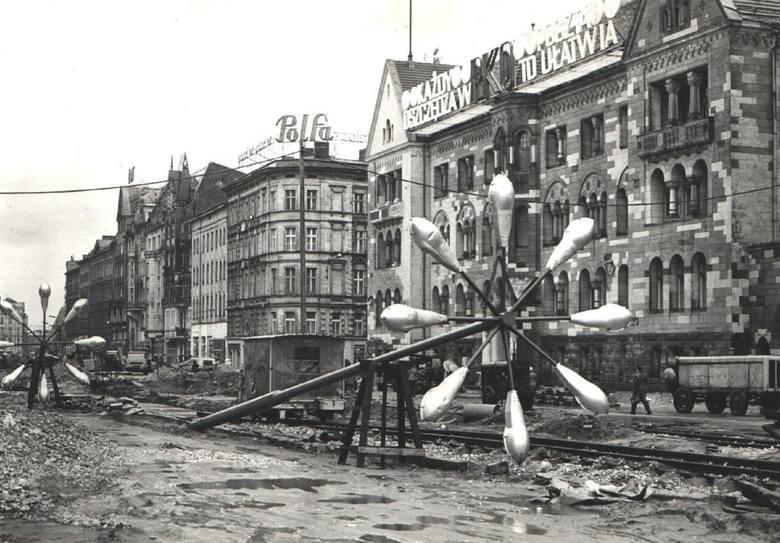 Centrum Poznania w latach 60. i 70. wyglądało zupełnie inaczej. Później jednak wiele budynków legło w gruzach. Najpierw wzdłuż dzisiejszej ul. Święty