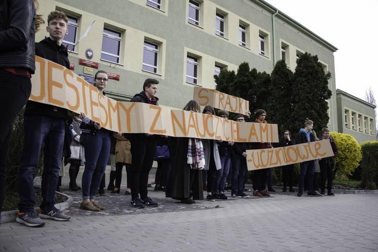 Uczniowie III LO skrzyknęli się w sile około 30 osób, by wspólnie okazać solidarność z nauczycielami oraz podziękować za trud, jaki wkładają w wychowanie