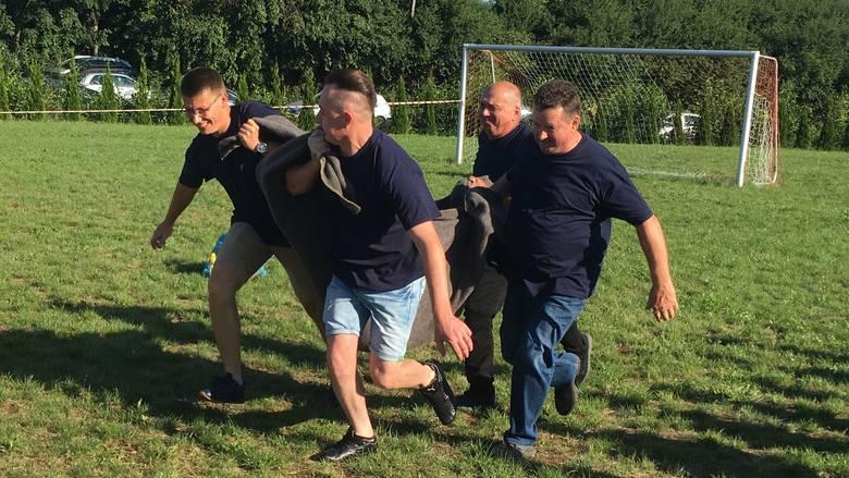 Na zdjęciu: Jedną z konkurencji podczas Turnieju Sołeckiego był... bieg z sołtysem leżącym na kocu. W Gołębiowie miał miejsce Turniej Sołecki. W grach