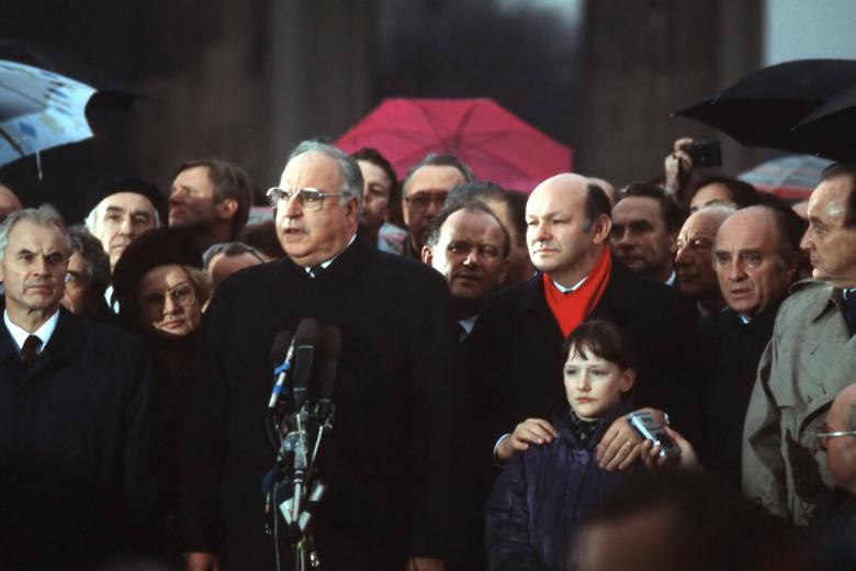 Helmut Kohl przeszedł do historii jako kanclerz zjednoczonych Niemiec. Tu przemawia pod otwartą już Bramą Brandenburską w Berlinie.