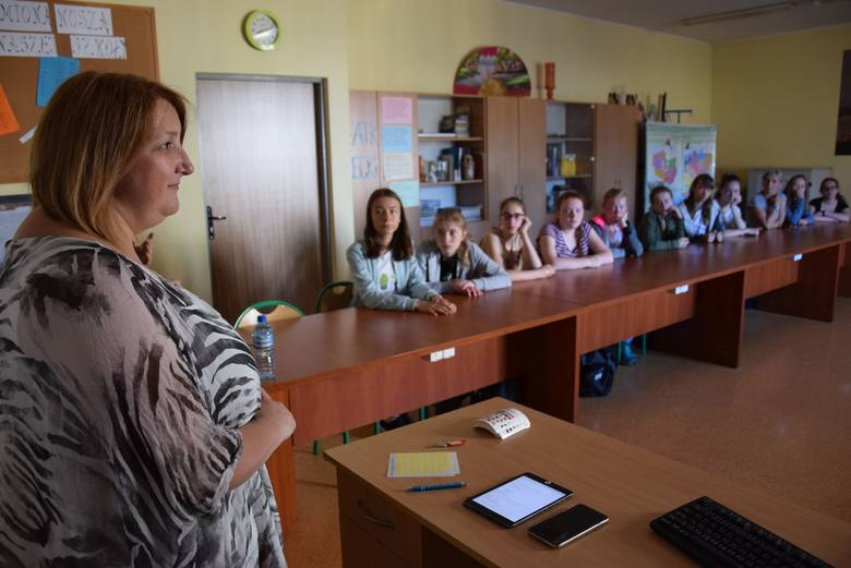 Leanne Rhodes (pierwsza z lewej) na lekcji w gimnazjum nr 1 w Oleśnie.