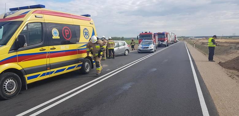 Stawiski. Czołowe zderzenie aut na zjeździe do miasta. Dwie osoby ranne, droga zablokowana [ZDJĘCIA]