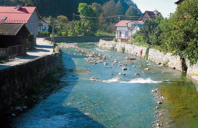 Grajcarek płynie przez środek Szczawnicy. Na pozór niegroźny potok, w czasie ulew zmienia się w niebezpieczną rwącą rzekę