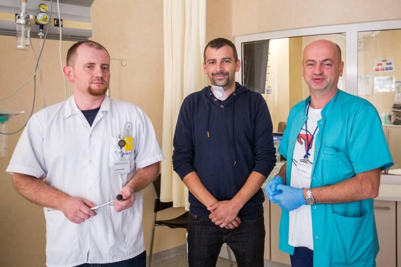 Nowatorską operację przeprowadzili dr Wojciech Wasilewski i dr Stanisław Adamski. Pacjent Paweł Bronk może mówić o ogromnym szczęściu, że trafił na takich specjalistów