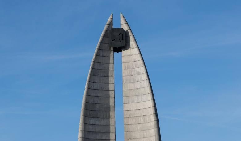 To nie są typowe polskie pomniki. Jednym się podobają, ba, budzą zachwyt. Inni mówią, że są... oryginalne. Różne w kształcie, symbolice. Jedno jest pewne