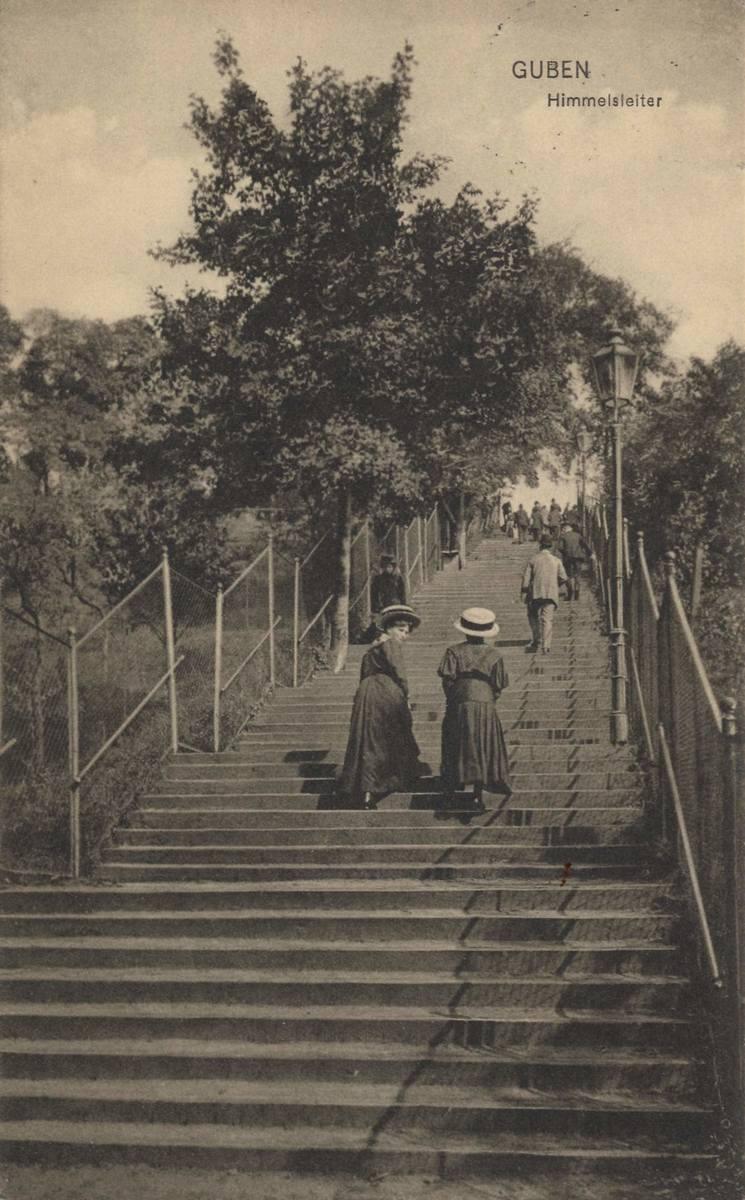 """""""Duże podniebne schody"""" lub """"Drabina do nieba"""" (nazywane przed wojną Grosse Himmelsleiter). Po 163 stopniach można dojść od ulicy Zwycięstwa (liceum)"""