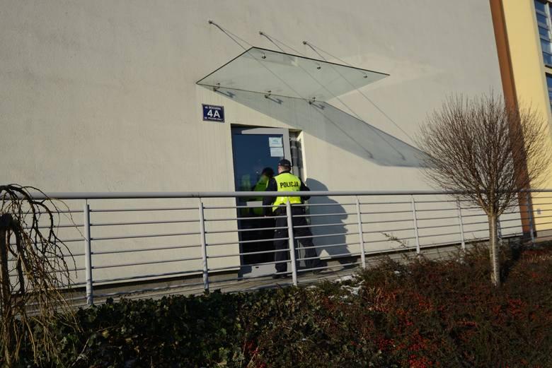 Tymi drzwiami wymknął się Przemysław J. Z okien dyżurki widział go ochroniarz, który zawiadomił policję.