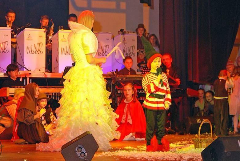 """W spektaklu muzycznym """"Zaproszenie dla Świetego Mikolaja"""" zagralo ponad 80 uczniów szkoly muzycznej w Oleśnie."""