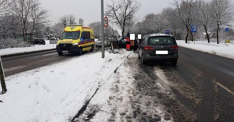 Kolizja na ulicy Gdańskiej w Słupsku. Uwaga na trudne warunki na drogach! Jest bardzo ślisko