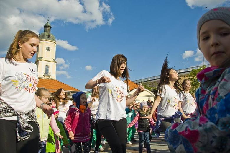 W tym roku uczniowie liceum, przedszkolaki i tancerze z Twista zaproponowali białostoczanom imprezę na Rynku Kościuszki.
