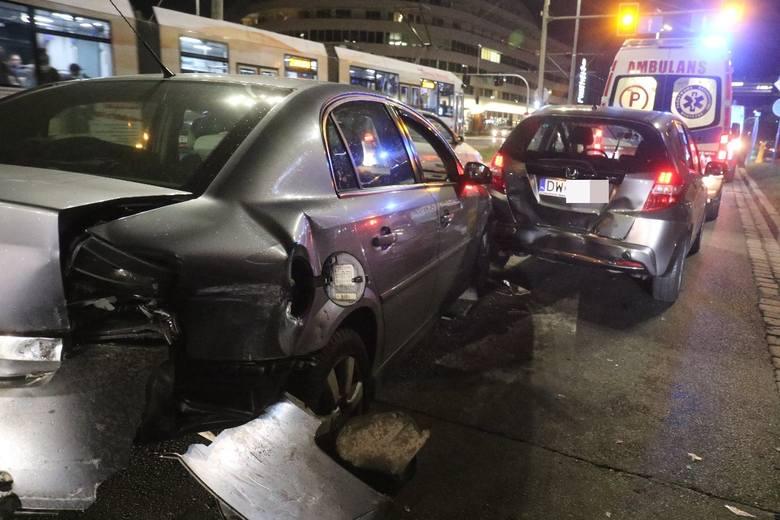 Karambol przy placu Dominikańskim. Jedna osoba ranna (ZDJĘCIA)