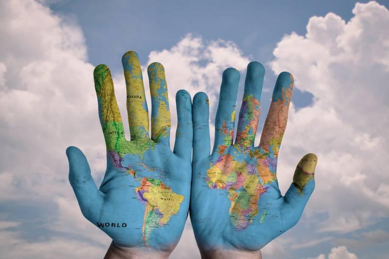 Znaczenie gestów nie jest uniwersalne na całym świecie i niechcący możemy obrazić naszego rozmówcę, a nawet narazić się na aresztowanie! Z jakimi gestami