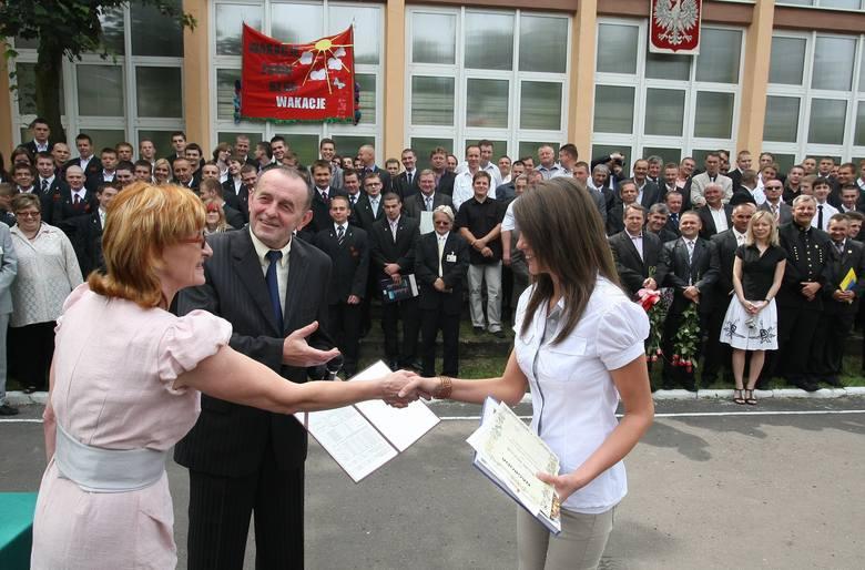 Dyrektor ZSP 3 Janusz Bęben i wicedyrektor Wanda Świderek wręczyli nagrody najlepszym uczniom szkoły.