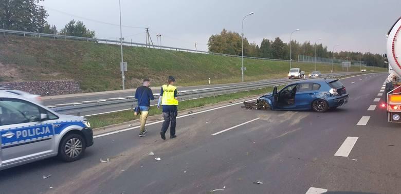 BMW zderzyło się z cysterną a następnie uderzyło w barierki.