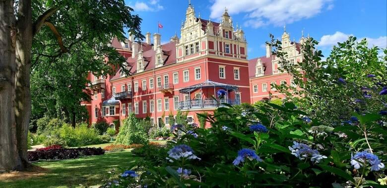 Brylujący w towarzystwie w XIX wieku artysta ogrodnik, pisarz i globtroter książę Pückler stworzył nad Nysą Łużycką transgraniczne dzieło sztuki: Park