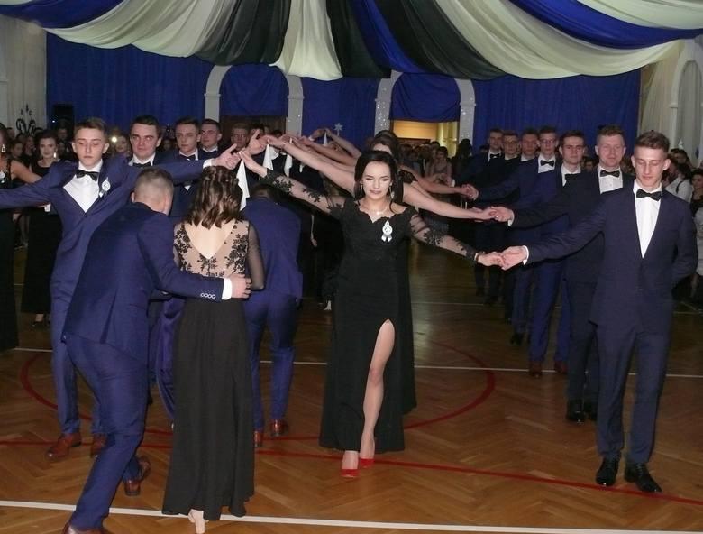 Trzy klasy z Liceum Ogólnokształcącego im. Mikołaja Kopernika w Iłży w sobotę, 11 stycznia, zatańczyły poloneza w murach szkoły. Na najważniejszym balu