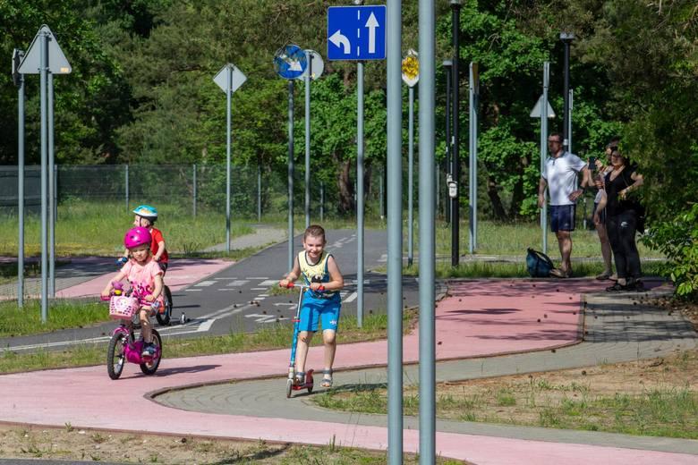 Wielkimi krokami zbliżają się wakacje, więc najmłodsi rowerzyści coraz chętniej szlifują swe umiejętności w Miasteczku Ruchu Drogowego między Parkiem