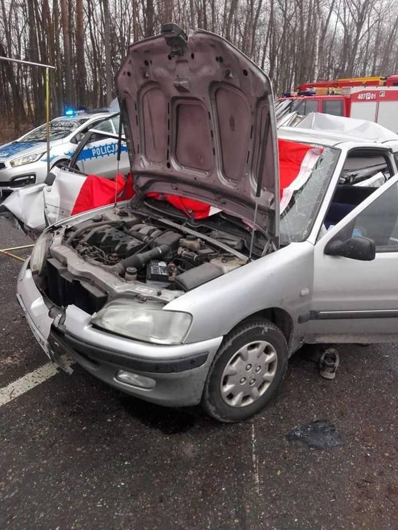 Do tragicznego wypadku doszło w miejscowości Podstolice w powiecie chodzieskim. Ciężarówka zderzyła się z samochodami osobowymi. Nie żyje jedna osoba,
