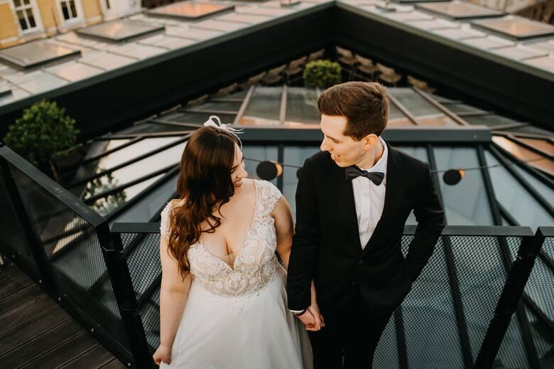 Małe przyjęcia weselne w mieście, w nowoczesnym klimacie, są coraz bardziej popularne. Pandemia sprawiła, że coraz więcej par decyduje się na taką u