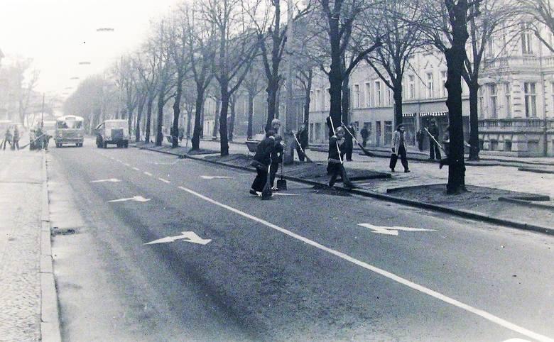 Początek 1973 roku, młodzież szkolna sprząta jezdnię al. Wojska Polskiego