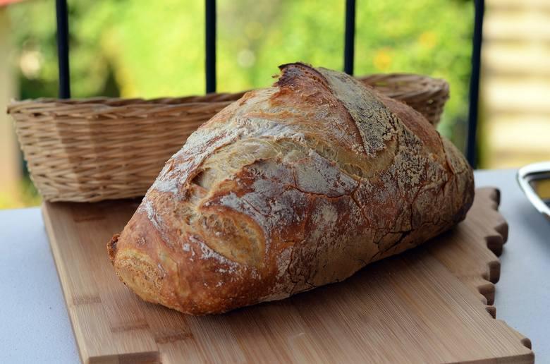 Składniki: 830 g mąki pszennej chlebowej, 80 g mąki żytniej chlebowej, 590 ml wody, 20 g soli, 40 g gęstego dojrzałego zakwasu (przepis na końcu galerii)Przygotowanie:1.