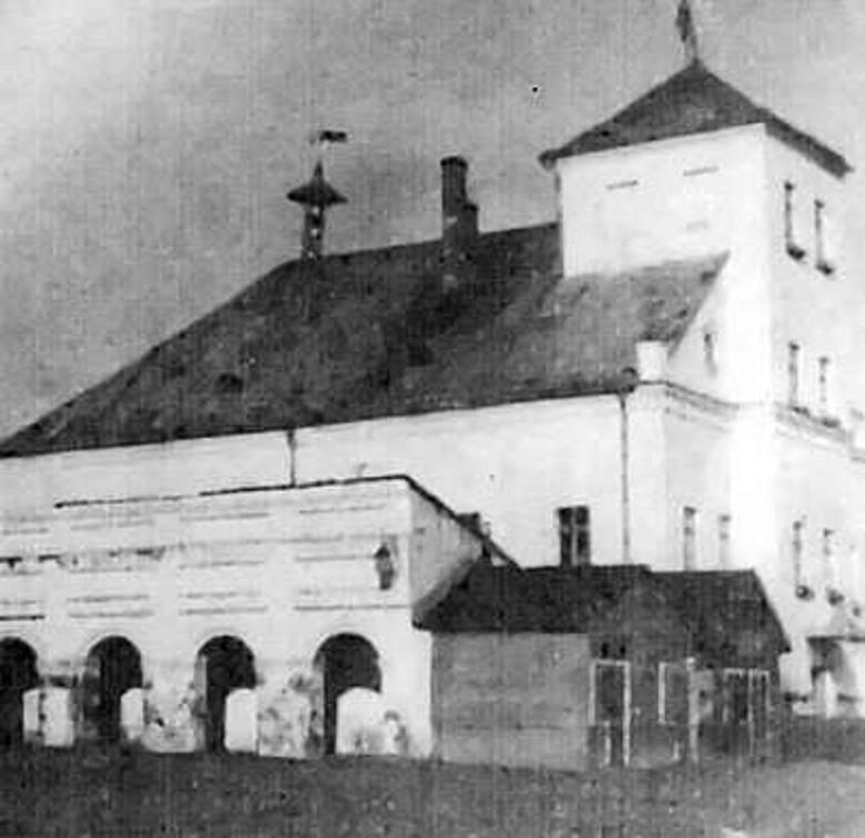 Rodzinny dom Teresy Gładysz. Cegłę klinkierową Sowieci zamalowali na biało, dach spłonął.