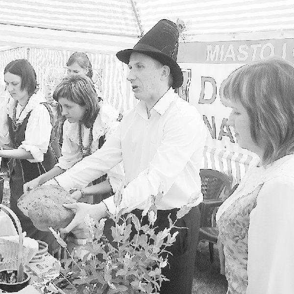 Od prawej: Anna Ziółkowska, Artur Kuczmarski i  Marlena Piekarska z Urzędu Miasta i Gminy  Dobrzyń nad Wisłą, Justyna Baranowicz z  biblioteki w Wielgiem,