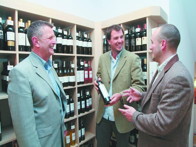 Jerzy Łapiński (od lewej), szef białostockiego Winarium Marek Kondrat i syn, Nikolas Bonino oraz Jan Czyż, sommelier Winarium z Warszawy wybierają wina