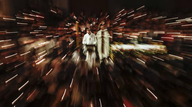 Liturgia światła i poświęcenie ognia u rzeszowskich Dominikanów.